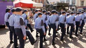 Northampton Reino Unido: 29 de junio de 2019 - cadetes del desfile del día de las fuerzas armadas que marchan en la plaza del mer fotos de archivo libres de regalías