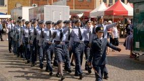Northampton Reino Unido: 29 de junio de 2019 - cadetes del desfile del día de las fuerzas armadas que marchan en la plaza del mer fotografía de archivo