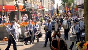 Northampton Reino Unido: 29 de junio de 2019 - tropas del desfile del día de las fuerzas armadas que marchan en la calle de Abing imagen de archivo