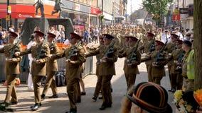Northampton Reino Unido: 29 de junio de 2019 - tropas del desfile del día de las fuerzas armadas que marchan en la calle de Abing imagen de archivo libre de regalías