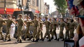 Northampton Reino Unido: 29 de junio de 2019 - tropas del desfile del día de las fuerzas armadas que marchan en la calle de Abing imágenes de archivo libres de regalías