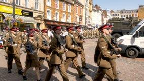 Northampton Reino Unido: 29 de junio de 2019 - tropas del desfile del día de las fuerzas armadas que marchan en la plaza del merc imagenes de archivo