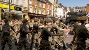 Northampton Reino Unido: 29 de junio de 2019 - tropas del desfile del día de las fuerzas armadas que marchan en la plaza del merc imágenes de archivo libres de regalías