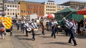 Northampton Reino Unido: 29 de junio de 2019 - tropas del desfile del día de las fuerzas armadas que marchan en la plaza del merc foto de archivo libre de regalías