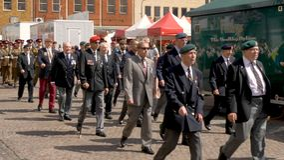 Northampton Reino Unido: 29 de junio de 2019 - veteranos del desfile del día de las fuerzas armadas que marchan en la plaza del m fotos de archivo