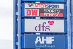 Northampton, Reino Unido - 26 de octubre de 2017: Vista del logotipo de AFH DFS DW Intersport en Nene Valley Retail Park imagen de archivo