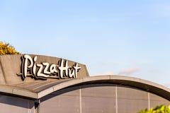 Northampton, Reino Unido - 25 de outubro de 2017: Ideia do dia do logotipo de Pizza Hut no parque do retalho do beira-rio imagem de stock royalty free