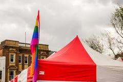 Northampton Reino Unido, el 18 de mayo de 2019: Bandera de LGBT+ en la etapa principal de Pride Festival Weekend en la plaza del  foto de archivo