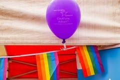 Northampton Reino Unido, el 18 de mayo de 2019: Bandera de LGBT+ en la etapa principal de Pride Festival Weekend en la plaza del  foto de archivo libre de regalías
