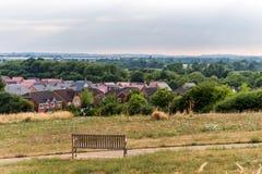 Northampton Town cityscapehorisont med bänkinforeground Förenade kungariket Royaltyfri Bild