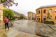 Northampton, UK - Aug 08, 2017: Chmurny deszczowego dnia widok Northampton Grodzkiego Centre ulicy Obraz Royalty Free