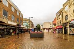 Northampton, UK - Aug 08, 2017: Chmurny deszczowego dnia widok Northampton Grodzkiego Centre ulicy Zdjęcia Royalty Free
