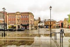Northampton, UK - Aug 08, 2017: Chmurny deszczowego dnia widok Northampton Grodzkiego Centre ulicy Fotografia Royalty Free