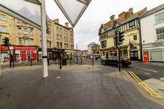 Northampton, UK - Aug 09, 2017: Chmurny deszczowego dnia widok Northampton przystanek autobusowy w Grodzkim Centre Obraz Royalty Free