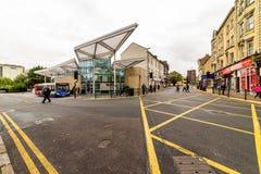 Northampton, UK - Aug 09, 2017: Chmurny deszczowego dnia widok Northampton przystanek autobusowy w Grodzkim Centre Zdjęcia Stock