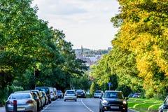 Northampton UK - Augusti 15 2017: Molnig dagCityscapesikt av Northampton UK med vägen i förgrund Arkivbild