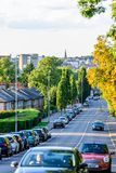 Northampton UK - Augusti 15 2017: Molnig dagCityscapesikt av Northampton UK med vägen i förgrund Arkivfoto