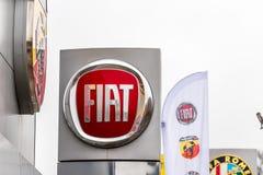 Northampton UK Februari 03 2018: Ställning för Fiat logotecken i den Northampton Town mitten Arkivfoto