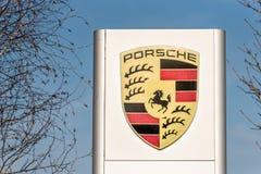 Northampton UK Februari 24 2018: Ställning för Porsche logotecken i den Northampton Town mitten Arkivbild