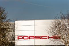 Northampton UK Februari 24 2018: Ställning för Porsche logotecken i den Northampton Town mitten arkivfoton