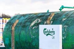 Northampton UK Januari 06 2018: Den Carslberg UK logoen undertecknar över den gröna behållaren för flytande Arkivbild
