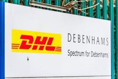 Northampton UK Januari 11 2018: DHL logistik för stolpe för Debenhams logotecken Fotografering för Bildbyråer