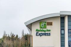 Northampton UK Januari 23 2018: Holiday Inn undertecknar den uttryckliga hotelllogoen in lantgården parkerar industriellt Royaltyfria Foton