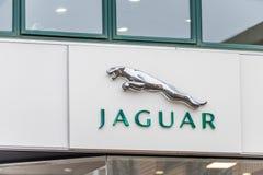 Northampton UK Januari 11 2018: Ställning för Jaguar logotecken i den Northampton Town mitten Arkivfoto