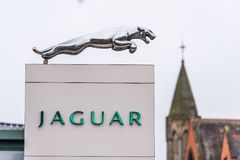 Northampton UK Januari 11 2018: Ställning för Jaguar logotecken i den Northampton Town mitten royaltyfri bild