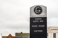 Northampton UK Januari 05, 2018: Ställning för tecken för Grosvernor kasinologo Royaltyfria Foton