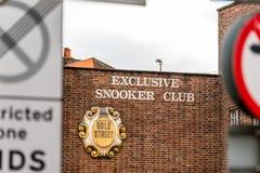Northampton UK Januari 05, 2018: Ställning för tecken för logo för gata för exklusiv snookerklubba guld- i den Northampton Town m Royaltyfri Foto
