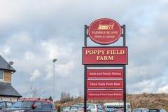Northampton UK Januari 15 2018: Stolpe för Poppy Field Farmhouse Inn logotecken i Duston Arkivbild