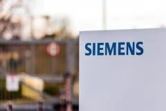 Northampton UK Januari 06 2018: Stolpe för Siemens logotecken Fotografering för Bildbyråer