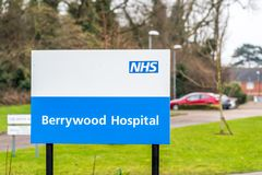 Northampton UK Januari 13 2018: Stolpe för tecken för Berrywood sjukhuslogo arkivfoto
