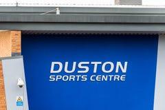 Northampton UK Januari 13 2018: Tecken för logo för Duston sportmitt på yttersida för sportklubba Royaltyfri Fotografi