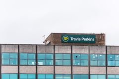 Northampton UK Januari 11 2018: Travis Perkins Timber Supplier logotecken Arkivbild