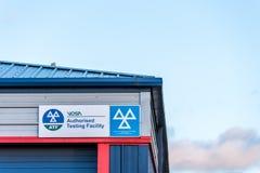 Northampton UK Januari 04 2018: VOSA bemyndigade provningslättheten undertecknar industriella Sixfields parkerar in royaltyfri fotografi