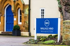 Northampton UK Januari 13 2018: Wallace Hind Recruitment Solutions logotecken Arkivbild