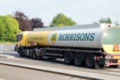 Northampton UK - Maj 26, 2018: Morrisons oljalastbil på brittisk stadstad i England arkivbild
