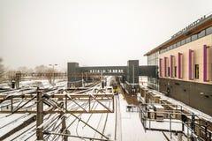 Northampton, UK - Mar 03, 2018: Chmurnej zimy dnia śnieżny widok Nowy Northampton dworzec Obraz Royalty Free