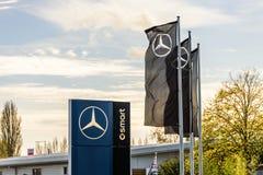 Northampton UK - Oktober 25, 2017: Dagsikten av den Mercedes-Benz logoen på flodstranddetaljhandel parkerar arkivfoto