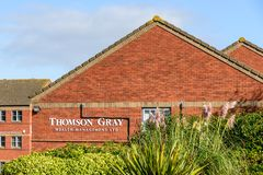 Northampton UK Oktober 3, 2017: Northampton för ställning för Thompson Gray Wealth Management logotecken industriellt gods Royaltyfri Bild