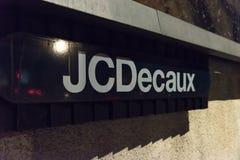 Northampton UK Oktober 3, 2017: JCDecaux logotecken under advertizingställning i stadskärna Arkivbilder