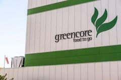 Northampton UK Oktober 3, 2017: Tecken för logo för Greencore matgrupp på fabriksväggen Northampton Royaltyfri Foto