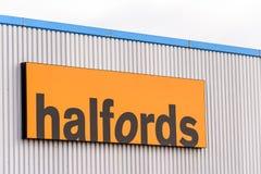 Northampton, UK - 29 2017 PAŹDZIERNIK: Dnia widoku strzał Halfords logo w Sixfields handlu detalicznego parku Obraz Royalty Free