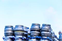 Northampton UK Styczeń 06 2018: Marstons Burton metalu piwnych baryłek baryłki brogować dla ekspedyci piwo Obraz Royalty Free