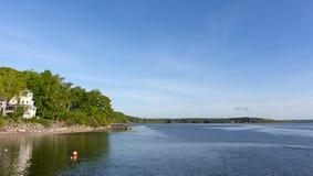 Northport,在春天末期的缅因海岸线  库存照片