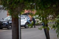 Northridge, CA/Соединенные Штаты - 27-ое мая 2019: Блоки патруля LAPD отвечают звонку brandishing/ADW в пригородном районе с стоковые фото