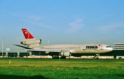 Northwest Airlines McDonnell Douglas die gelijkstroom-10-30ER N238NW bij na een vlucht van Toyko taxi?en Stock Foto's