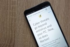 Norton website som visas på en modern smartphone royaltyfria foton